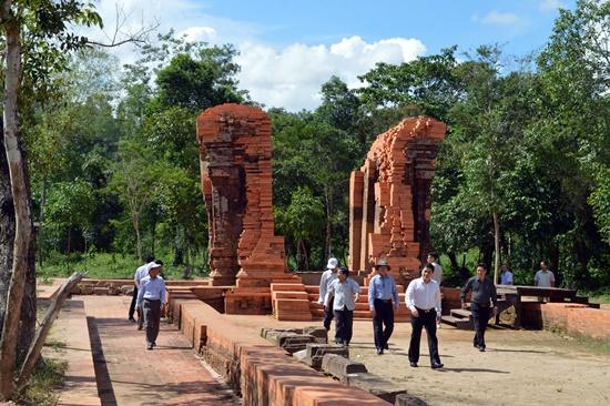 Phó Chủ tịch UBND tỉnh Trần Văn Tân kiểm tra thực trạng các đền tháp Mỹ Sơn
