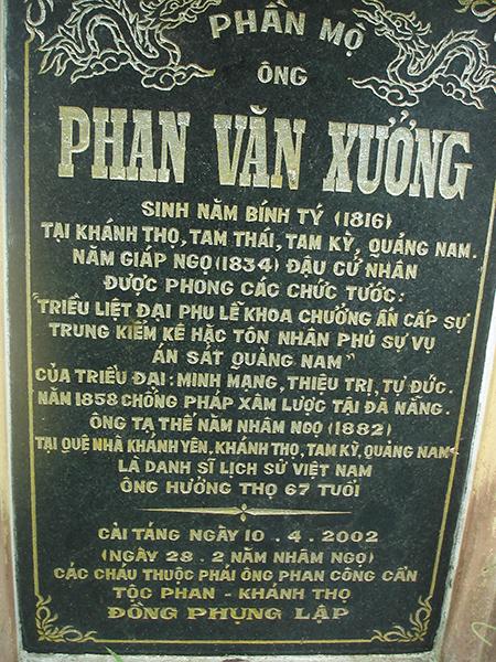 Bia dựng trước mộ ông Phan Văn Xưởng ở Khánh Thọ, Tam Thái, Phú Ninh.