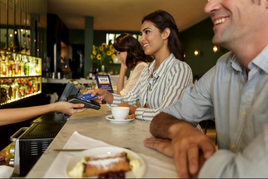 Khách hàng sử dụng thanh toán điện tử tại một quán cà phê ở Indonesia. Ảnh: Jakarta Post