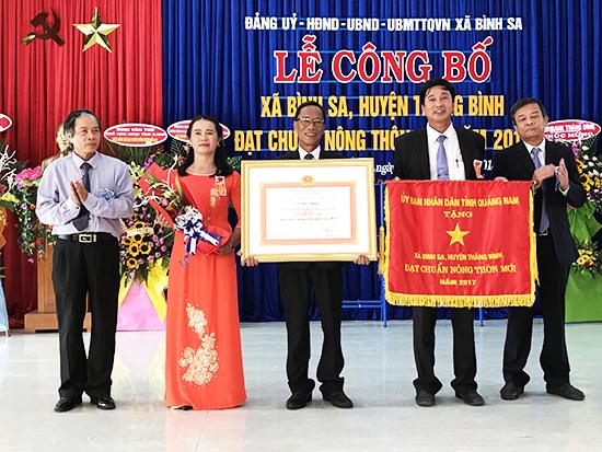 Đảng bộ, chính quyền và nhân dân xã Bình Sa đón nhận quyết định công nhận xã Nông thôn mới. Ảnh: MINH HẢI