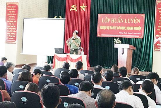 Thiếu tá Đoàn Viết Kim (đứng) trong một buổi tuyên truyền ở cơ sở. Ảnh: P.N