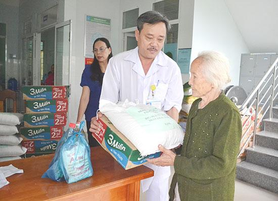 Bác sĩ Phan Minh Đức tặng quà bệnh nhân. Ảnh: C.TÚ
