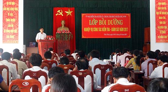 UBKT Huyện ủy Phú Ninh tổ chức bồi dưỡng nghiệp vụ công tác kiểm tra, giám sát cho đội ngũ cán bộ kiểm tra đảng địa phương. Ảnh: N.Đ