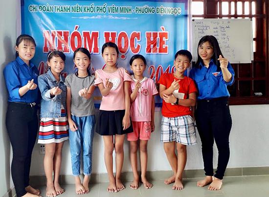 Đoàn viên khối phố Viêm Minh tham gia dạy lớp học tình thương. Ảnh: N.T