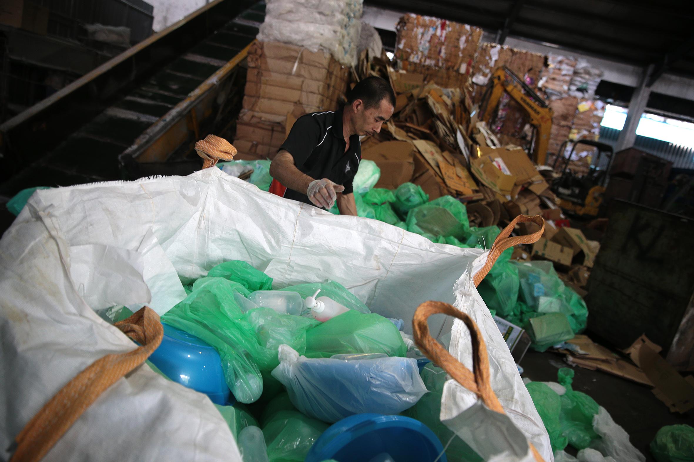 Một công nhân phân loại rác thải tại nhà máy tái chế rác thải Impetus Conceptus, ở miền bắc Singapore. Mỗi tháng, Impetus Conceptus tái chế từ 600 đến 700 tấn chất thải nhựa một tháng.