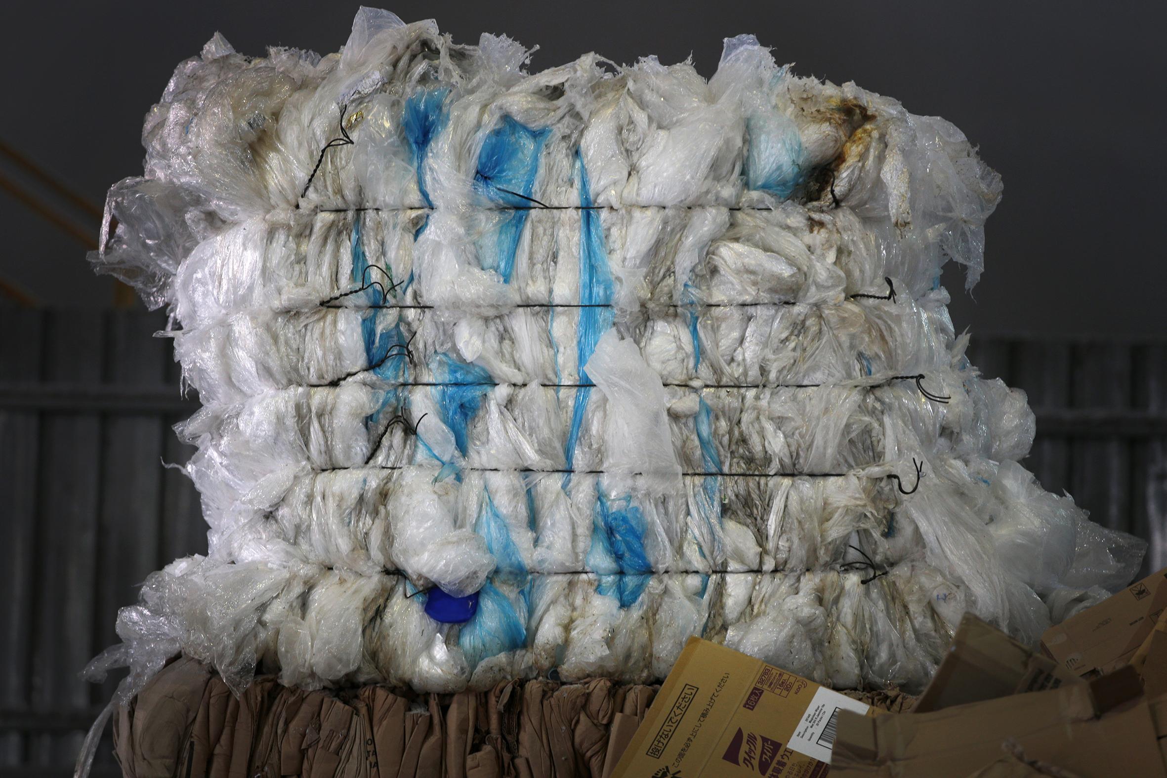 Do điều kiện địa lý và chi phí đắt đỏ, V1 Recycle và Impetus Conceptus là hai trong số các công ty tại Singapore chuyển rác thải nhựa có thể tái chế được đến các cơ sở tái chế tại Johorcủa Malaysia để hoàn thiện sản phẩm