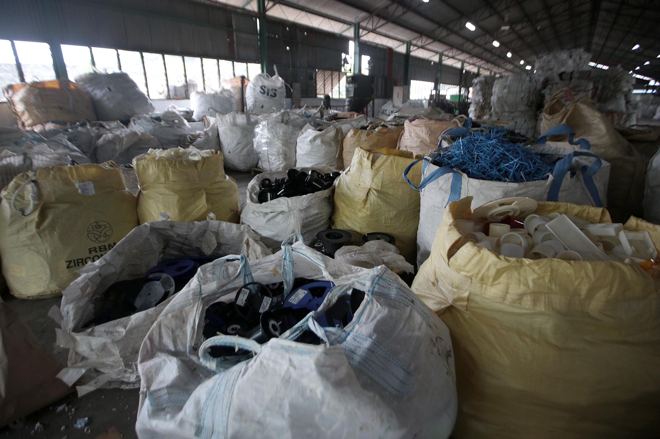 Các công nhân phân loại rác thải nhựa theo loại, kích cỡ và màu sắc. Giám đốc quản lý V1 Recycle, ông Richard Limmcho biết quá trình phân loại là một trong những khâu tốn kém nhất của quá trình tái chế, đòi hỏi máy móc hiện tạo và lao động tay nghề cao.