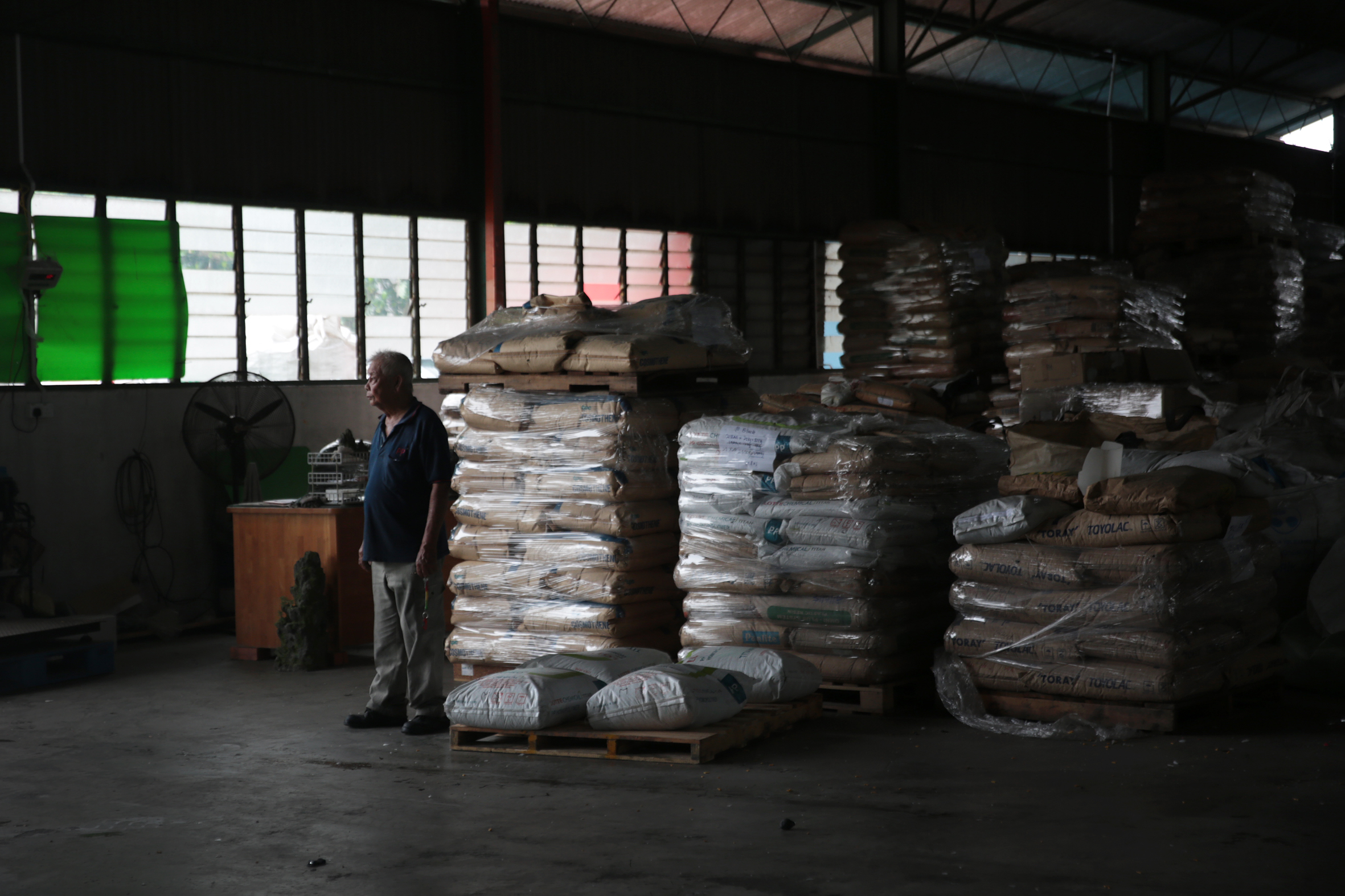 ...Sau đó, chúng được đóng bao để chuyển sang nhà máy sản xuất đồ dùng tái chế tại Malaysia.