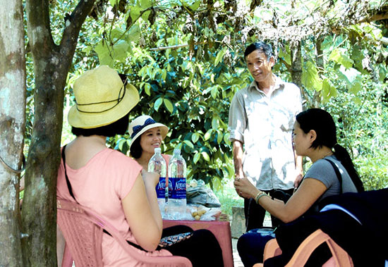 Du khách tham quan làng trái cây Đại Bình. Ảnh: G.V