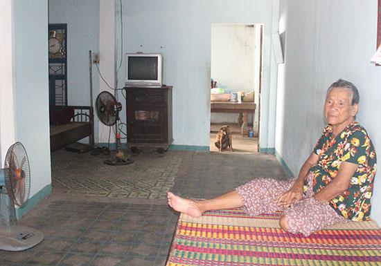 Bà Lưu Thị Đích trong căn nhà đã được sửa chữa nhưng chưa được hỗ trợ. Ảnh: D.L