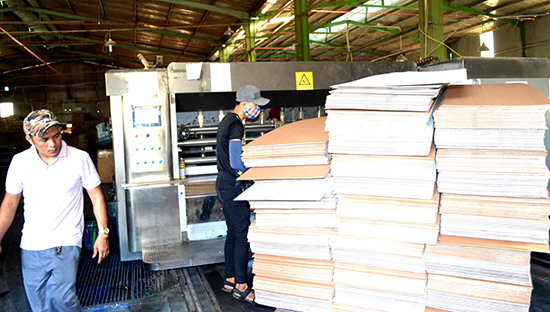 Nhờ áp dụng công cụ cải tiến sản xuất ở Công ty CP Hồng Đào thuận lợi hơn.Ảnh: QUANG VIỆT