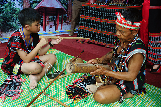 Ông Argưnl truyền dạy nhạc cụ truyền thống cho lớp trẻ Cơ Tu.