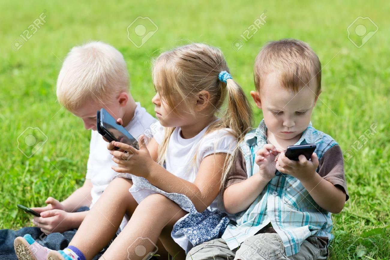 Tiếp xúc quá nhiều màn hình thiết bị điện tử sẽ ảnh hưởng đến sự phát triển của trẻ. Anh: 123RF