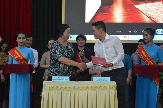 Việc ký kết biên bản họp tác sẽ mở ra nhiều cơ hội hơn cho sinh viên ngành du lịch Trường Đạ học Quảng Nam
