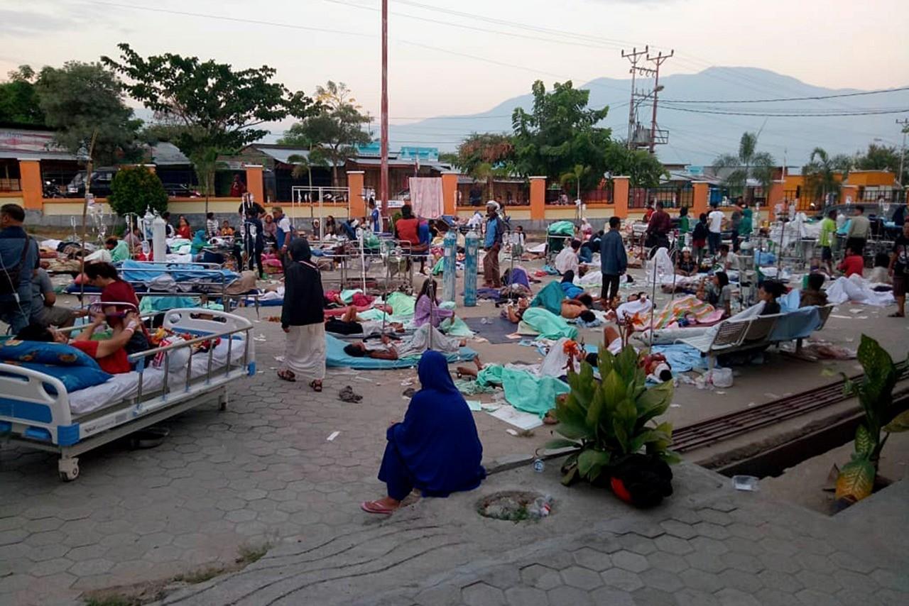 Hàng nghìn người dân bị ảnh hưởng động đất và sóng thần tại Palu nghỉ ngoài đường ở những khu an toàn. Ảnh: Jakartapost