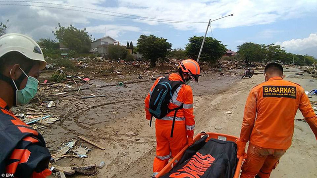 Hiện công tác cứu hộ, tìm kiếm người mất tích đang diễn ra hết sức khẩn trương. Ảnh: CNN