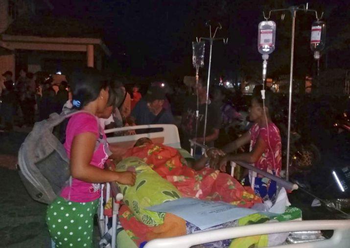 Các bệnh viện dã chiến được thiết lập nhiều nơi nhưng trong tình trạng khó khăn nhất như mất điện, thiếu thuốc men. Ảnh: AP