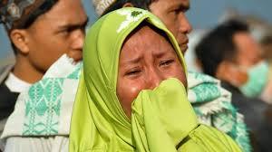 Người dân trên đảo Sulawesia vẫn còn bàng hoàng những gì đang xảy ra với họ. Ảnh: AP