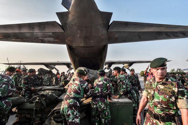 Nhiều binh lính Indonesia tiếp tục lên đường đi cứu hộ tại khu vực vừa xảy ra thảm họa thiên tai nặng nề. Ảnh: Reuters