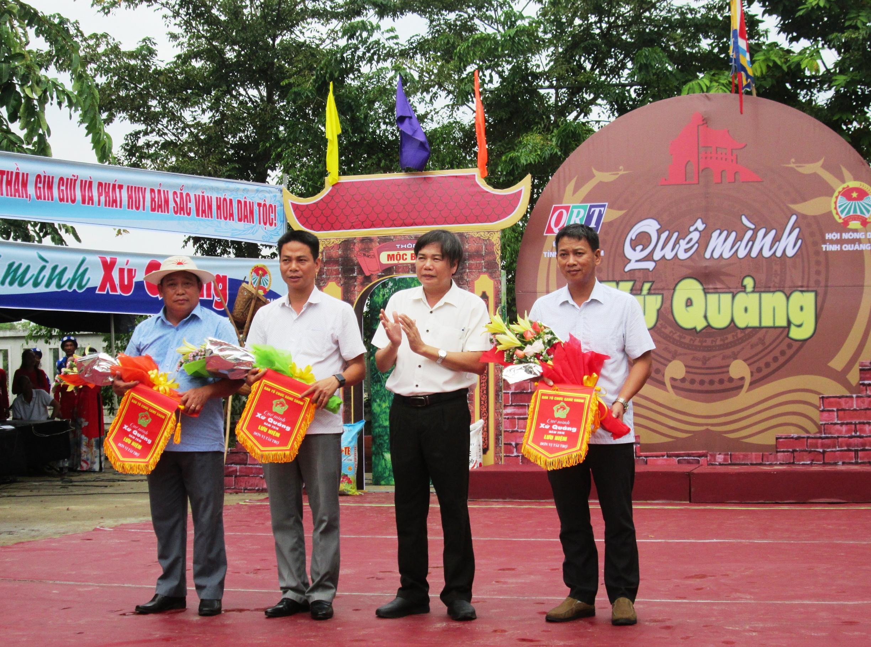 Ông Mai Văn Tư – Giám đốc Đài Phát thanh – truyền hình Quảng Nam tặng hoa và cờ lưu niệm cho đại diện các đơn vị tài trợ chương trình.
