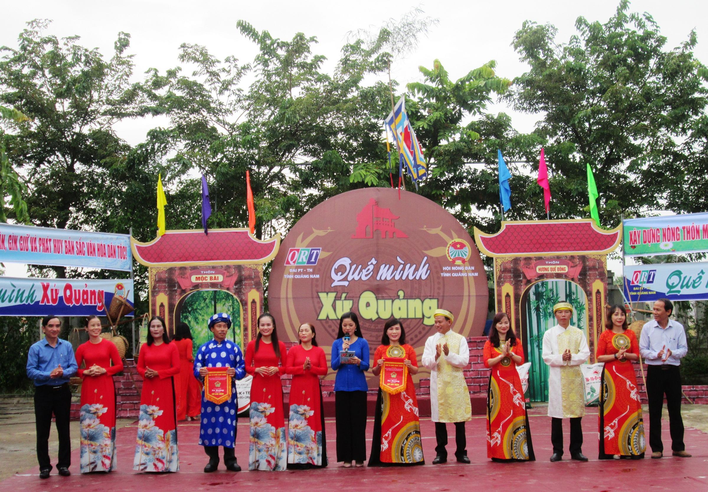 Ban tổ chức tặng cờ lưu niệm cho 2 đội chơi của thôn Hương Quế Đông và thôn Mộc Bài (xã Quế Phú).