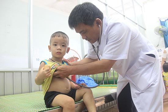 Dịch bệnh tay chân miệng đang diễn biến khá phức tạp. Vì vậy, các bậc phụ huynh cần chú ý để đưa trẻ đến cơ sở y tế để kịp thời cứu chữa. Ảnh: N.D