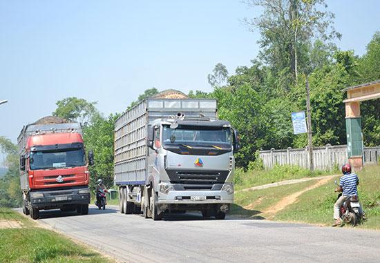 """Mặt đường QL14E quá tải là """"điểm nghẽn"""" thúc đẩy phát triển kinh tế - xã hội, đảm bảo an toàn giao thông. Ảnh: C.T"""