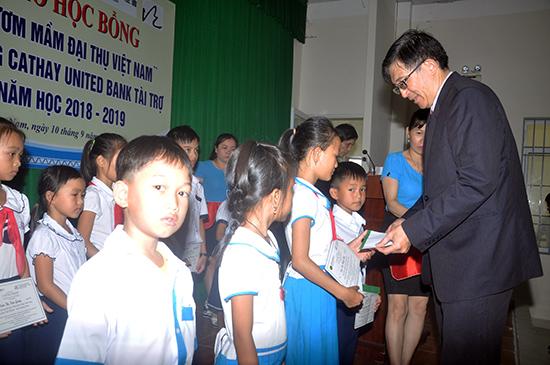 Trao học bổng Ươm mầm đại thụ Việt Nam năm 2018 cho học sinh. Ảnh: X.P