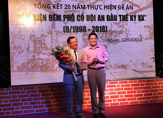Phó chủ tịch UBND tỉnh, Trần Văn Tân trao bảng ghi nhận văn hóa đêm phố cổ cho TP.Hội An. Ảnh: Hải - Lộc