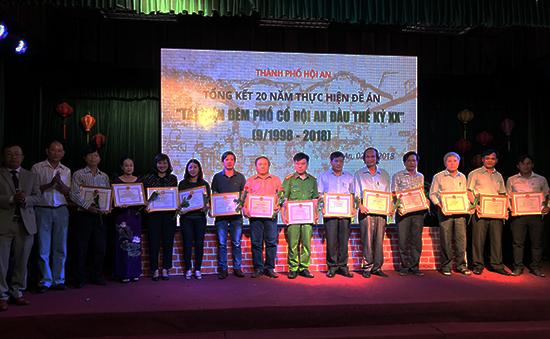 Dịp này, TP.Hội An khen thưởng các tập thể, doanh nghiệp và cá nhân đã đóng góp cho sự thành công của đêm phố cổ. Ảnh: Hải - Lộc