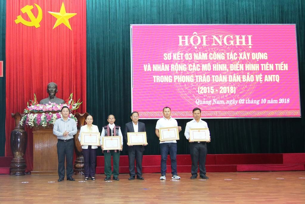 Phó Chủ tịch UBND tỉnh Lê Trí Thanh trao bằng khen cho các cá nhân có thành tích xuất sắc trong phong trào. Ảnh: T.C