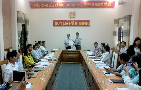 UBND huyện Phú Ninh trao quyết định thành lập Bộ phận Tiếp nhận và Trả kết quả huyện. Ảnh: VINH CHÂU