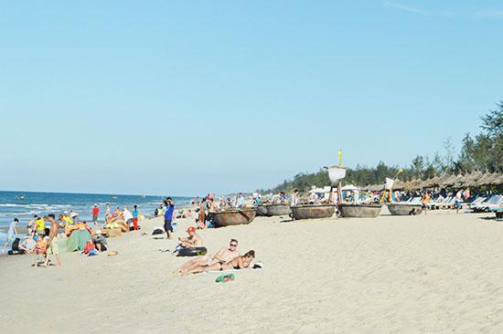 Bãi biển Quảng Nam thu hút du khách. Ảnh: V.L