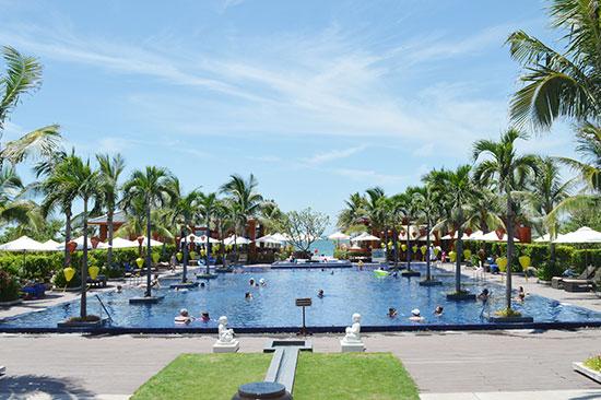 Các khu nghỉ dưỡng đẳng cấp ven biển góp phần thu hút một lượng lớn khách cao cấp đến Quảng Nam.