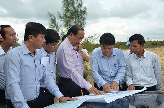 Chủ tịch UBND tỉnh Đinh Văn Thu đi kiểm tra thực địa tại khu cải táng mồ mả xã Tam Tiến. Ảnh: T.H