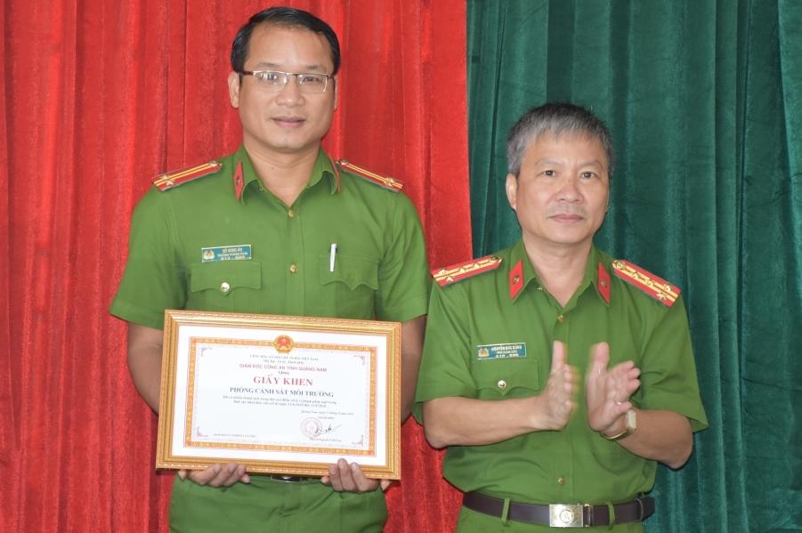 Đại tá Nguyễn Đức Dũng trao giấy khen cho tập thể phòng Canh sát môi trường