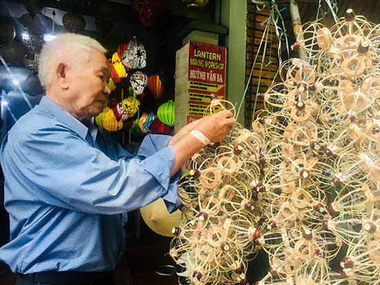 Nghệ nhân ưu tú Huỳnh Văn Ba tại xưởng đèn lồng của con trai mình.Ảnh: SONG ANH