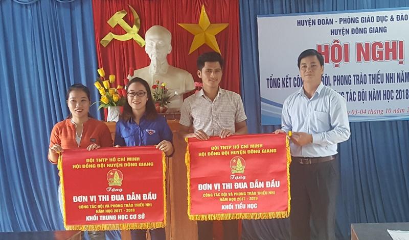 Trao cờ thi đua cho 2 liên đội dẫn đầu công tác đội và phong trào thiếu nhi của huyện năm học 2017 - 2018. Ảnh: M.L