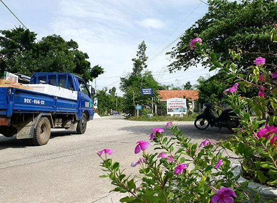 Đường trục chính thôn Thạch Tân được xây dựng khang trang, trồng cây bóng mát và hoa hai bên đường. Ảnh: T.Q