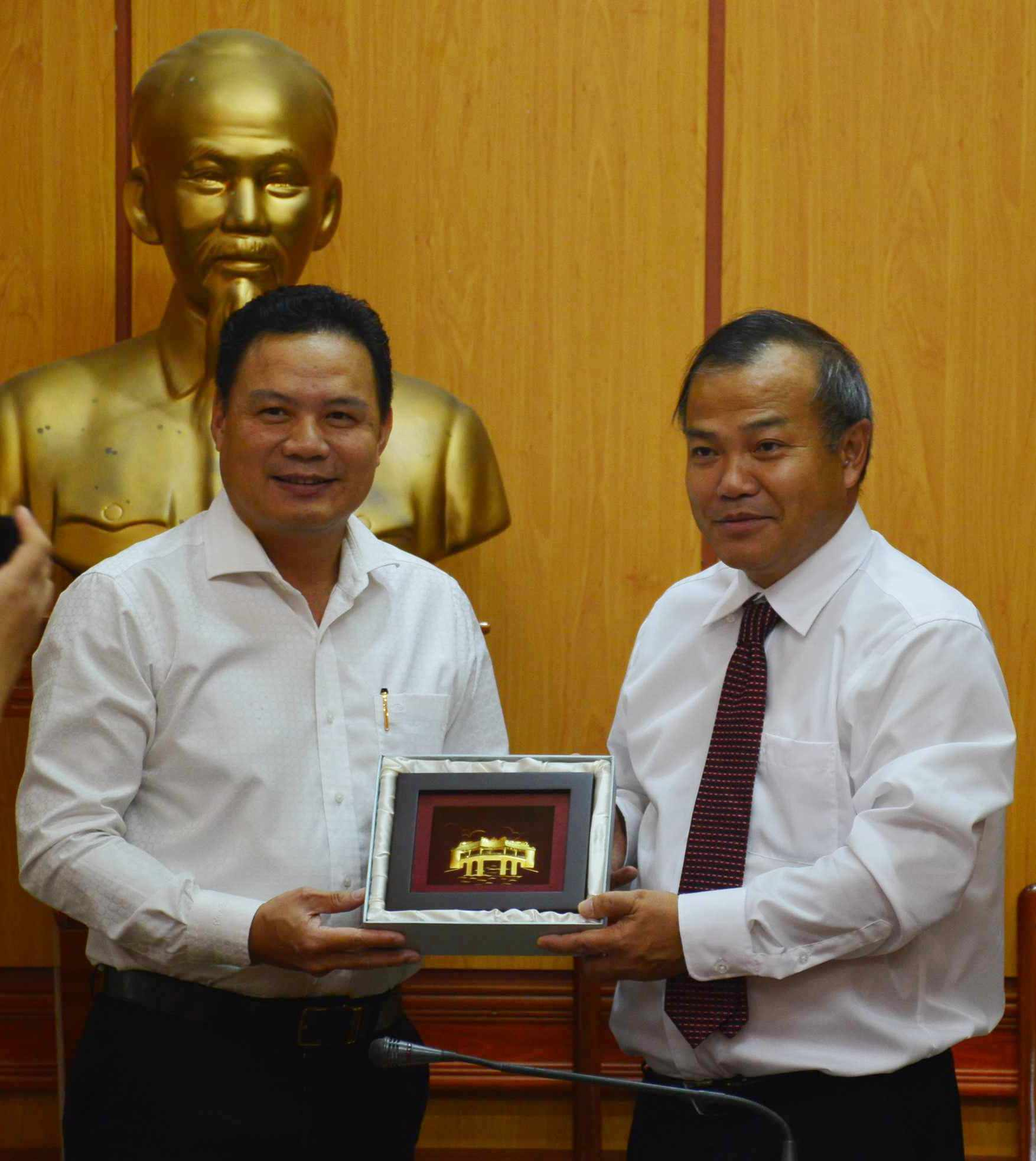 Vice Chairman of the Quang Nam provincial People's Committee gives a gift to Mr. Nam.