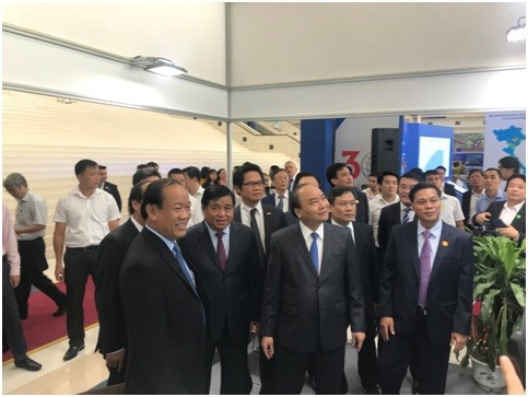 Prime Mister Nguyen Xuan Phuc visits Quang Nam's exhibition stall.