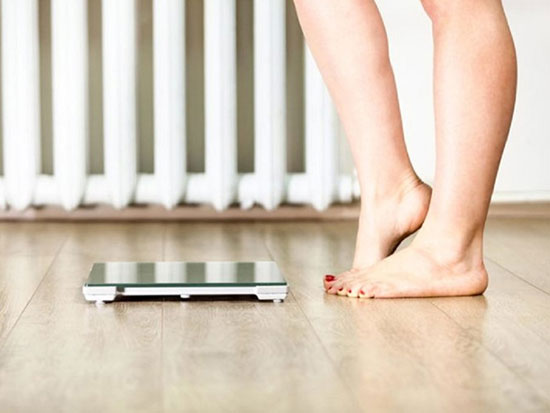 Đau lưng kèm theo sụt cân không rõ nguyên nhân có thể là dấu hiệu cảnh báo khối u ở cột sống.Ảnh: ShutterStock