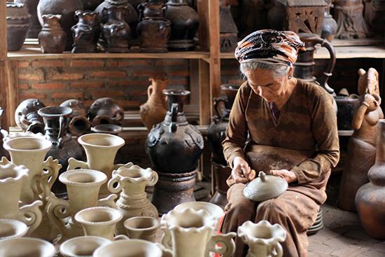 Người làng Bàu Trúc làm gốm.
