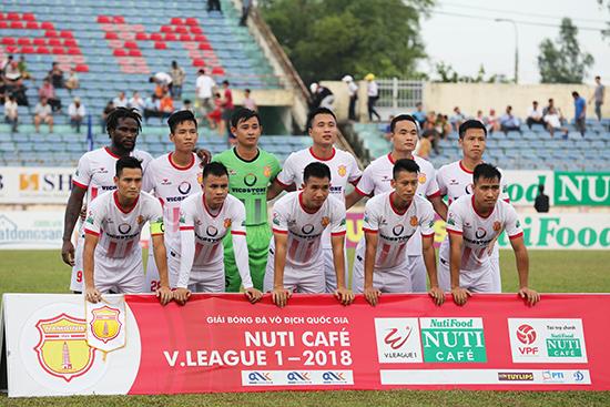Sự chuyên nghiệp nửa vời khiến bóng đá Nam Định thêm khổ dài dài. Ảnh: A.S