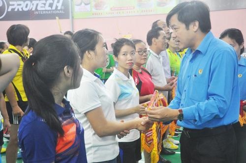 Chủ tịch Công đoàn Viên chức tỉnh Trần Quốc Bảo tặng cờ lưu niệm cho các đơn vị. Ảnh: T.V