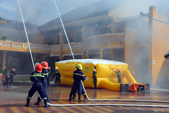 Lực lượng Cảnh sát PCCC Công an Quảng Nam diễn tập phương án chữa cháy và cứu hộ, cứu nạn tại TP.Hội An. Ảnh: X.MAI