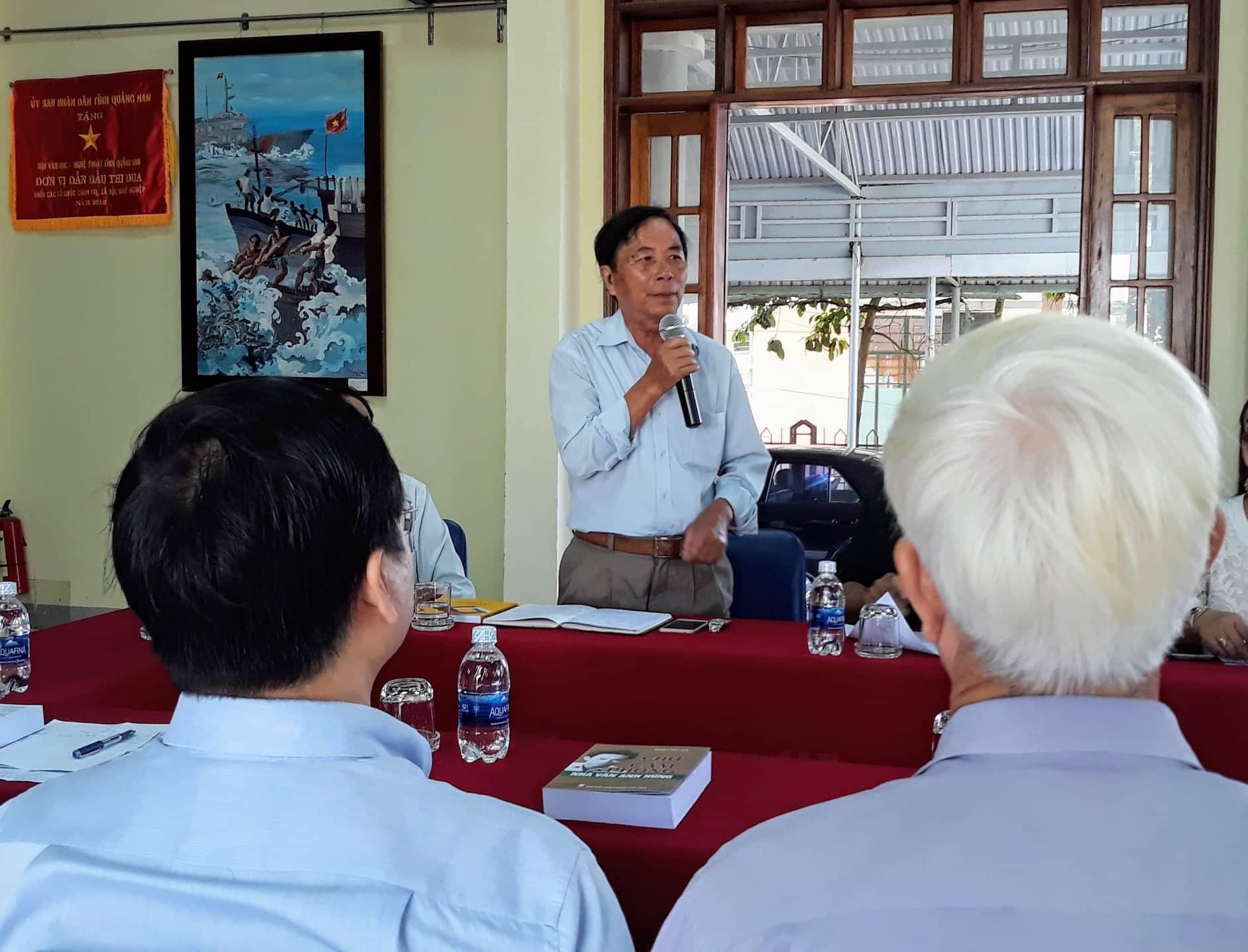 Nhà văn Nguyễn Bá Thâm giới thiệu sơ lược về nội dung và quá trình thực hiện tập sách.