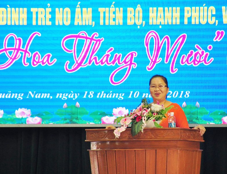 Bà Trương Thị Lộc - Chủ tịch Hội LHPN tỉnh chia sẻ với các bạn trẻ về chủ đề xây dựng gia đình no ấm, hạnh phúc. Ảnh: VINH ANH