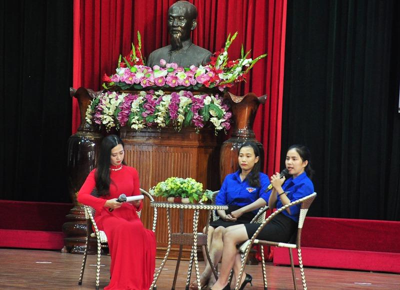 Hai khách mời gồm chị Dương Thị Diễm My đến từ Duy Xuyên (bìa phải) và chị Nguyễn Thị Diễm Hạnh đến từ Điện Bàn (ngồi giữa) tham gia giao lưu, chia sẻ về kinh nghiệm của bản thân trong học tập, lao động sản xuất. Ảnh: VINH ANH