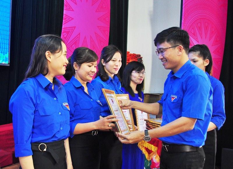 Phó Bí thư Thường trực Tỉnh đoàn tặng giấy khen cho các nữ thanh niên đạt danh hiệu